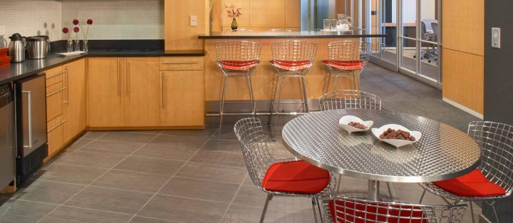 La silla perfecta para tu comedor diario desillas for Sillas de cocina cromadas
